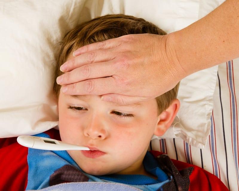 При отравлениях у детей повышается температура и болит голова