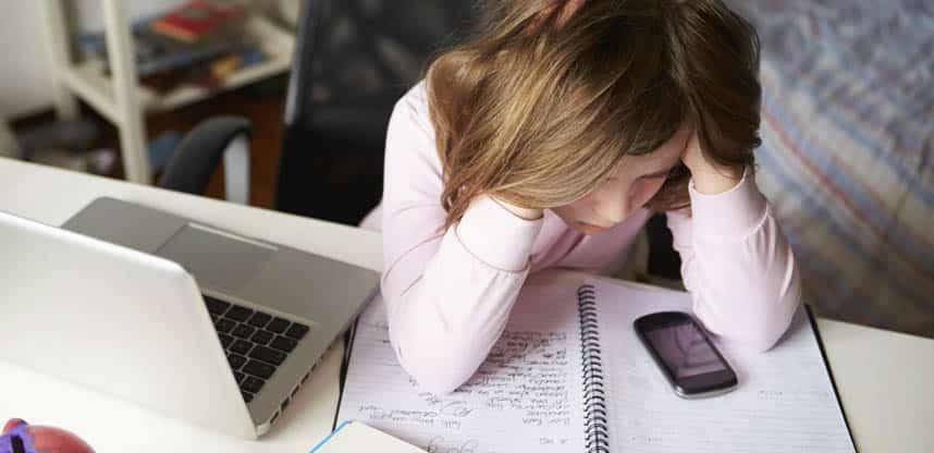 Головные боли у детей 7-8 лет возникает при длительном просмотре ТВ или игре на компьютере и телефоне
