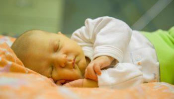 Причины, симптомы и лечение желтухи у новорожденных